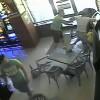 Video şocant! 3 indivizi au bătut agentul de pază al unei săli de jocuri din Turnişor